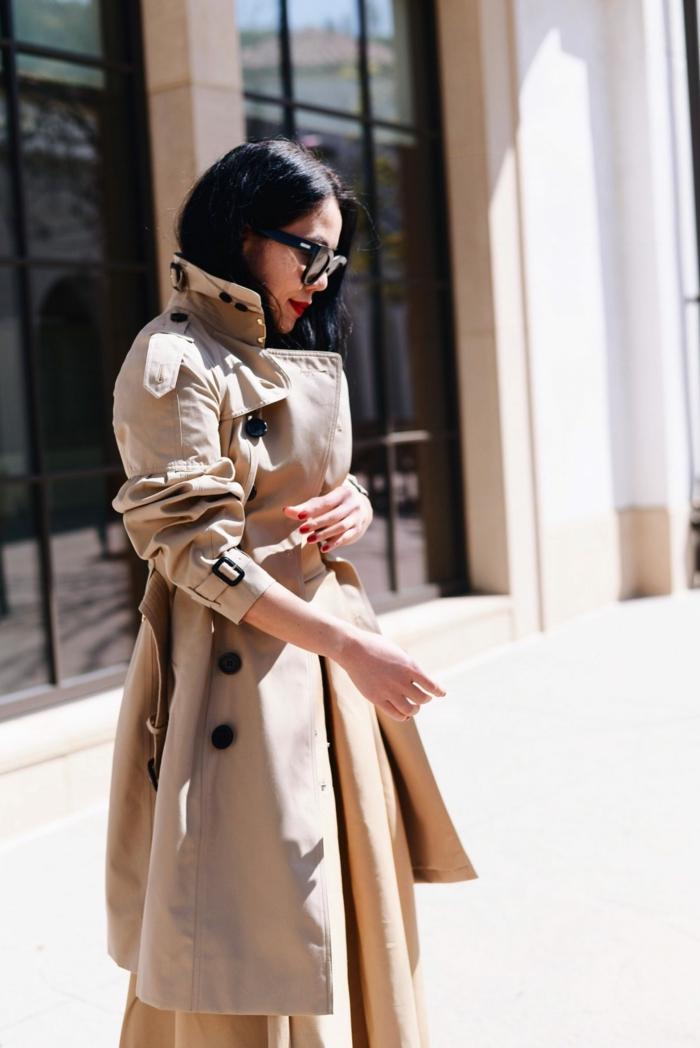 trench beige femme, lunettes rondes, taille soulignée, fermeture double boutonnière