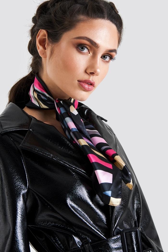 modèle de foulard femme soie noir à design rayé aux couleurs variées, look élégant avec foulard enroulé autour du cou