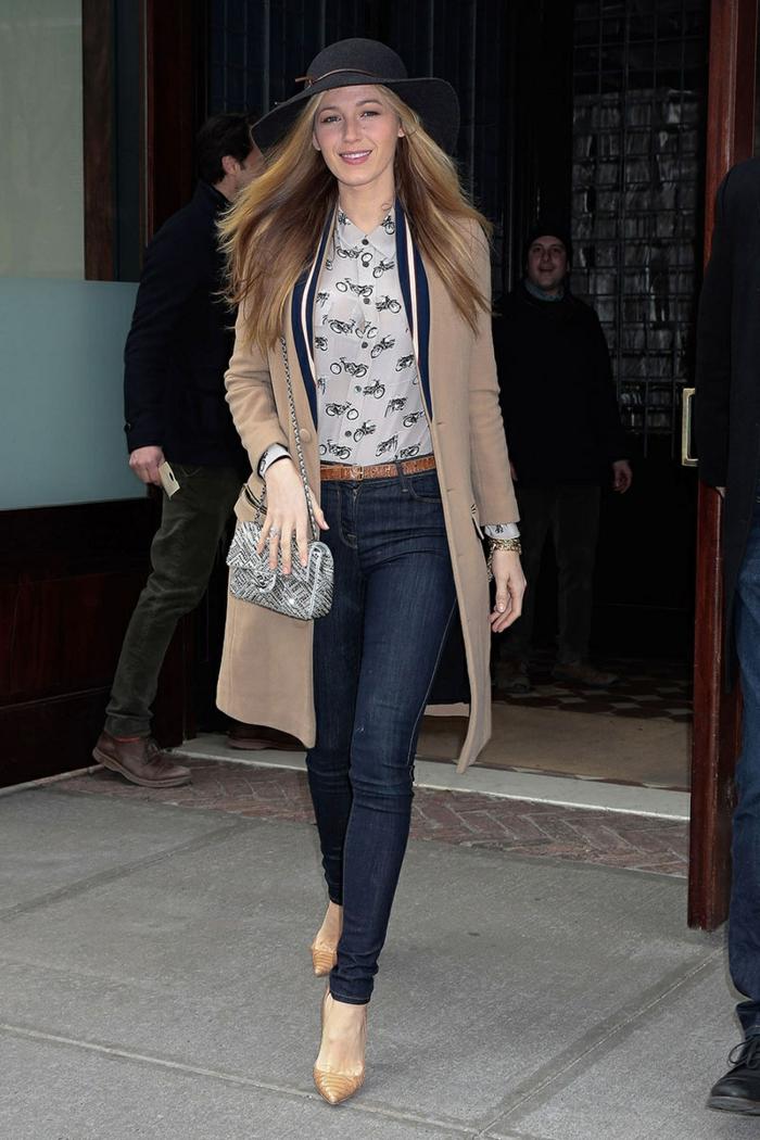 jeans bleus, chemise blanche, veste longue, chapeau feutre noir, escarpins couleur caramel