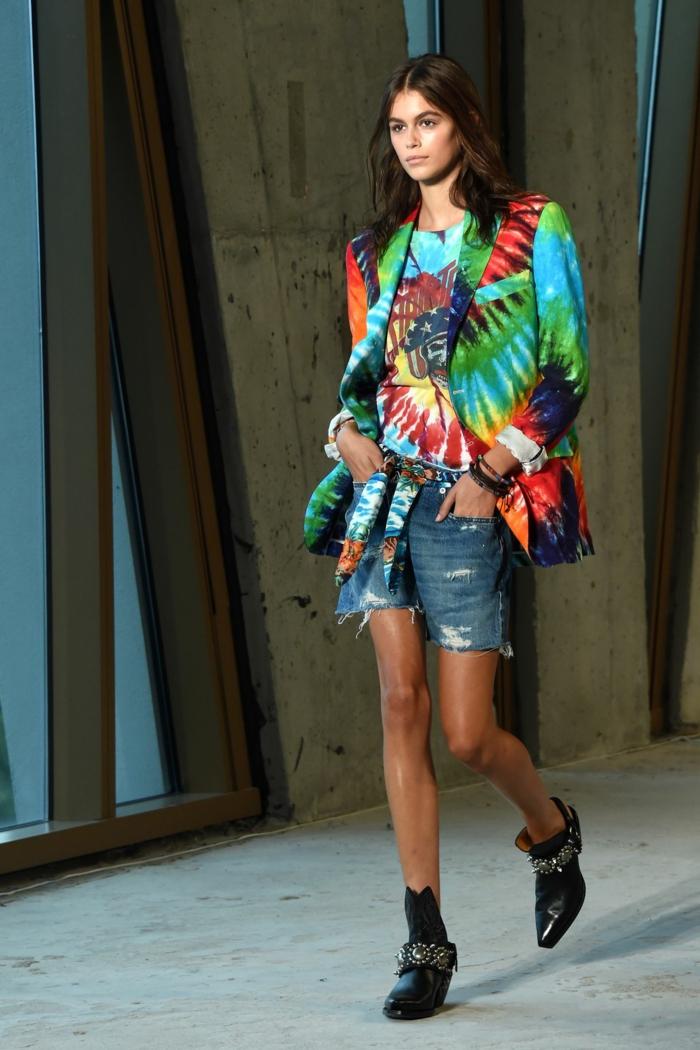 Les défilées fashion de cet année, haut femme tendance tie dye, mode ete 2020, savoir s'habiller bien, jean short et top hippie style veste et t-shirt