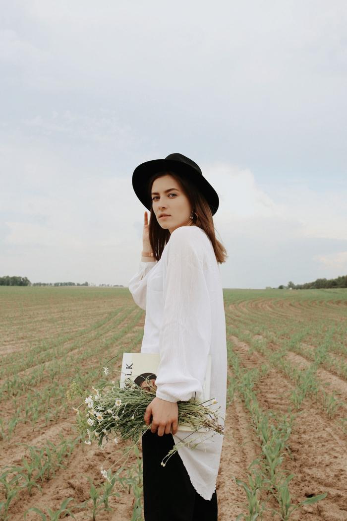 Chemise blanche, pantalon en lin, mode femme 2020, tendances mode ete 2020, idée tenue pour femme pour se promener à la campagne