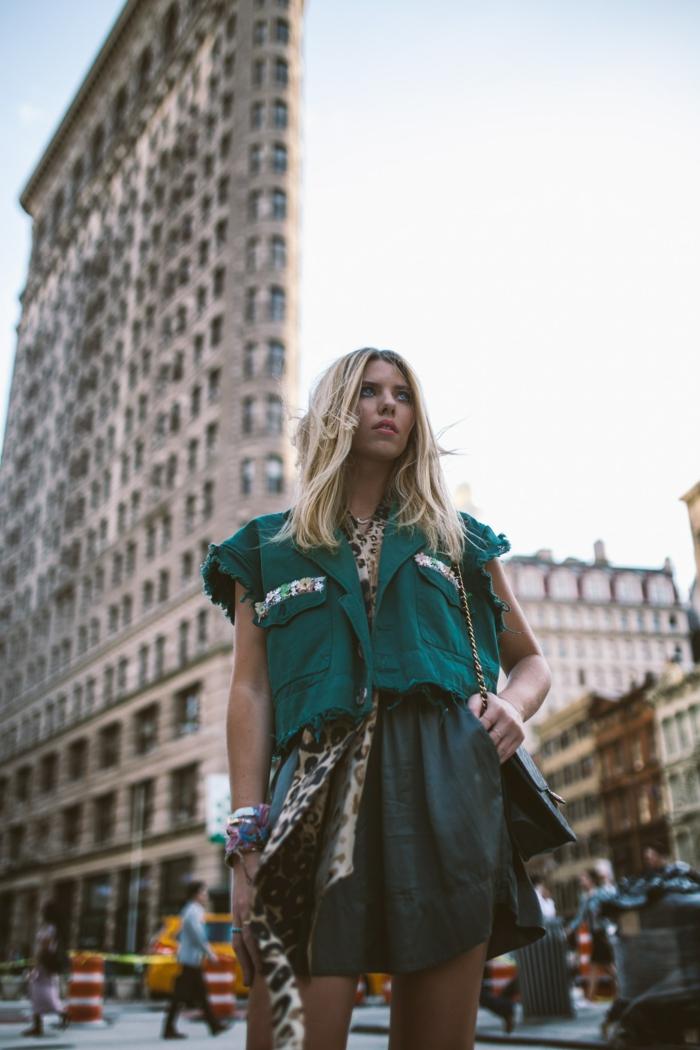 Le style de la rue à New York, robe boheme longue, vetement femme tendance, femme blonde chemise et jupe