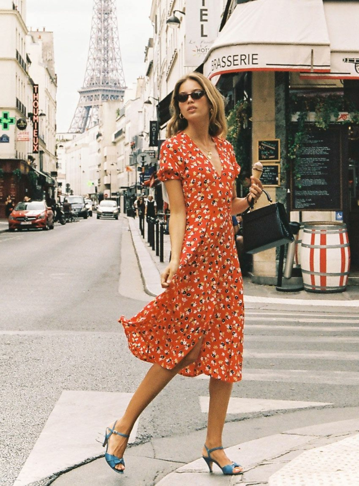 Robe rouge à motif fleuri, mode d'été 2019, vetement femme tendance, femme à Paris, tenue de promenade