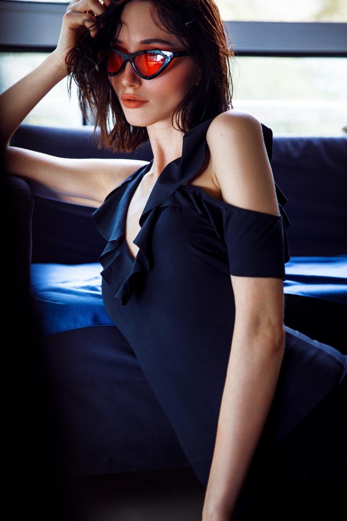 Robe longue noire très élégante, haut femme tendance, tendances d'été 2020, lunettes de soleil oranges modernes, coiffure mi longue