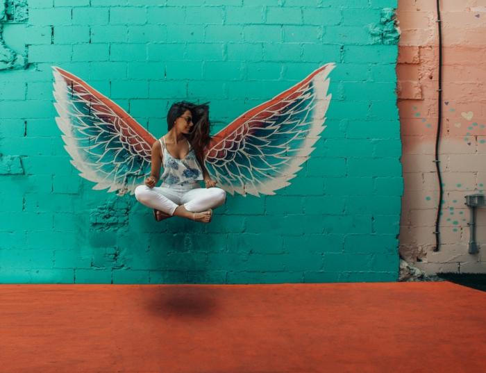 Voler avec ses ailes street art, jean blanc et haute fleurie, combinaison pantalon femme chic, mode femme 2019