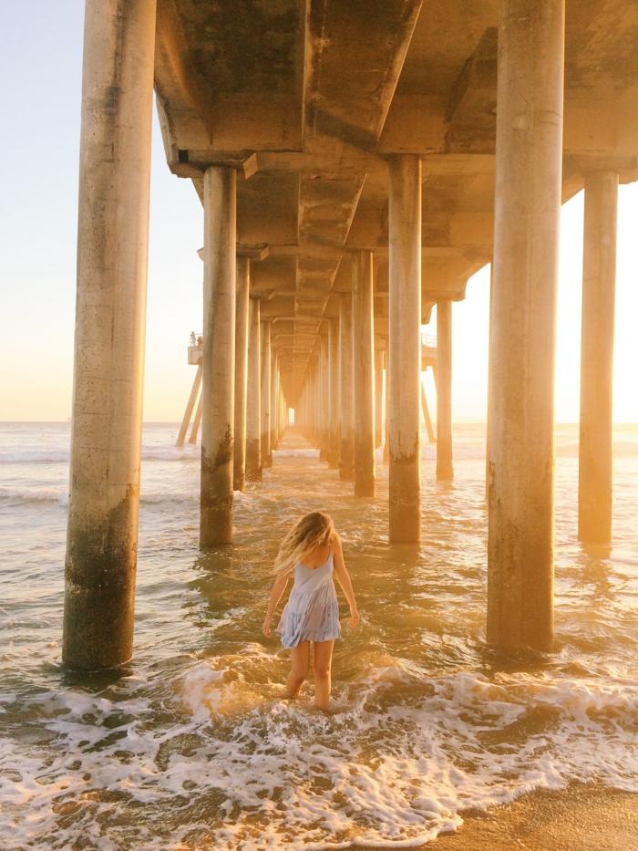 Au bord de la mer, lumière du soleil, coucher de soleil, ondes, robe été femme, tendance été 2019, robe boheme chic