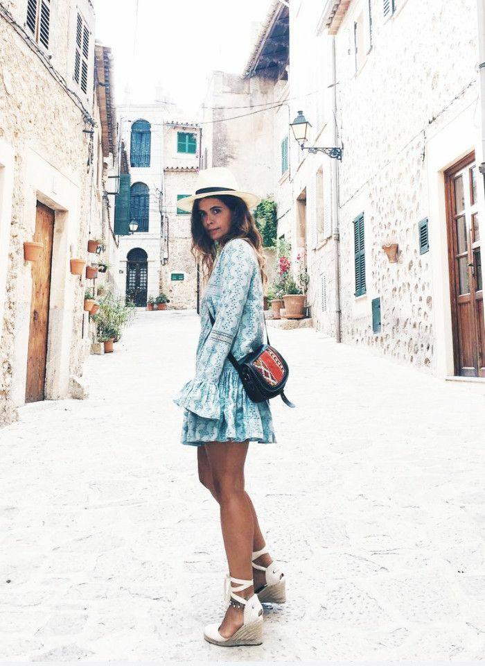 Mignonne tenue chemisier robe bleu et blanc, mode ete 2019, inspiration tenue d'été moderne bohème chic pour les vacances d'été
