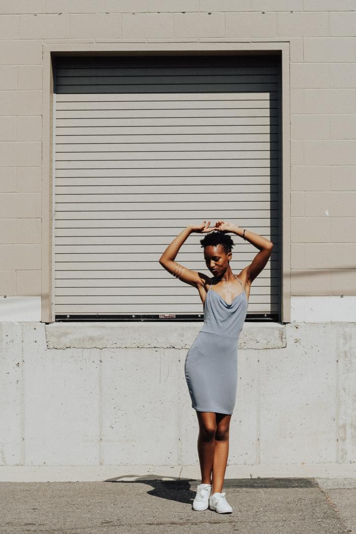 Étroite robe boheme gris, vetement femme tendance, femme bien habillée style décontracté chic