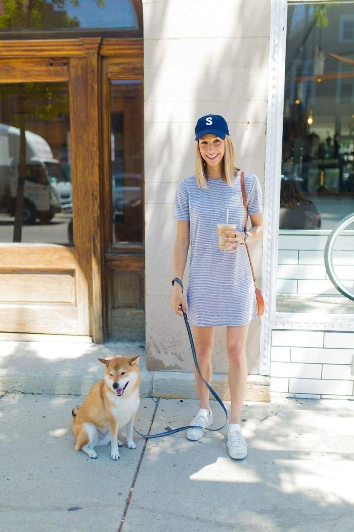 T-shirt robe originale, vetement femme tendance, mode femme 2019, femme qui promène son adorable chien et boit son café