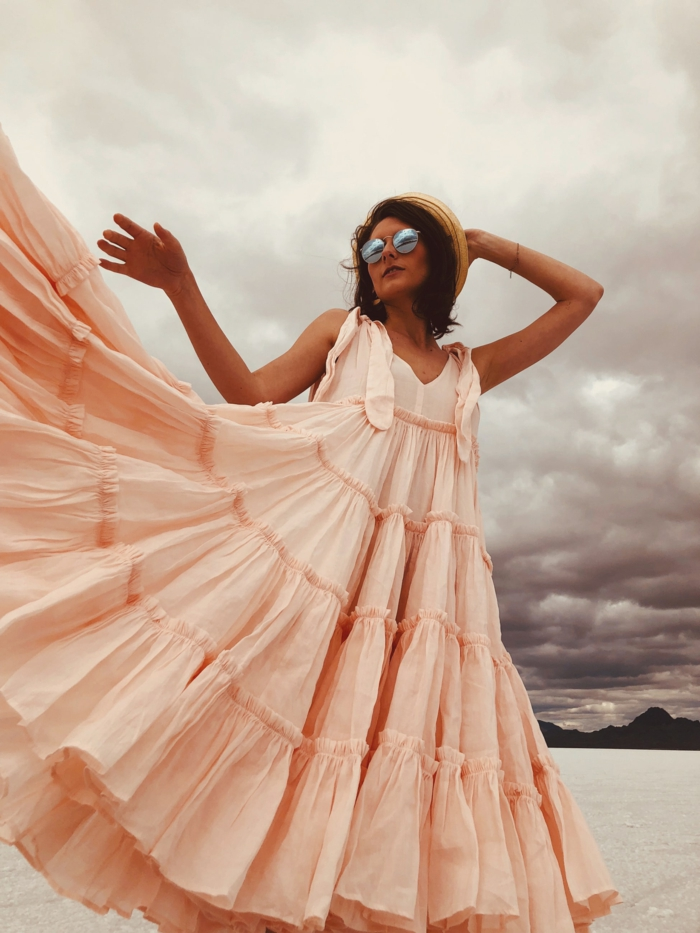 Robe bohème chic, femme au bord de la mer, robe longue rose pale, mode d'été 2019, idée comment s'habiller aujourd'hui