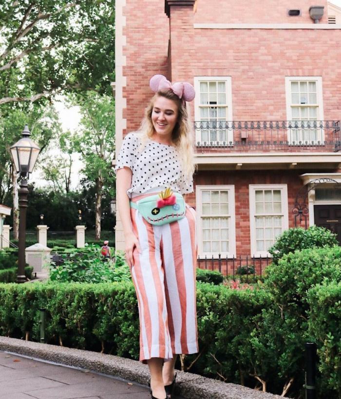 Adopter le rose pakle pour ses tenues d'été, pantalon rayé rose et blanc, haut a pois, tenue d'ete femme