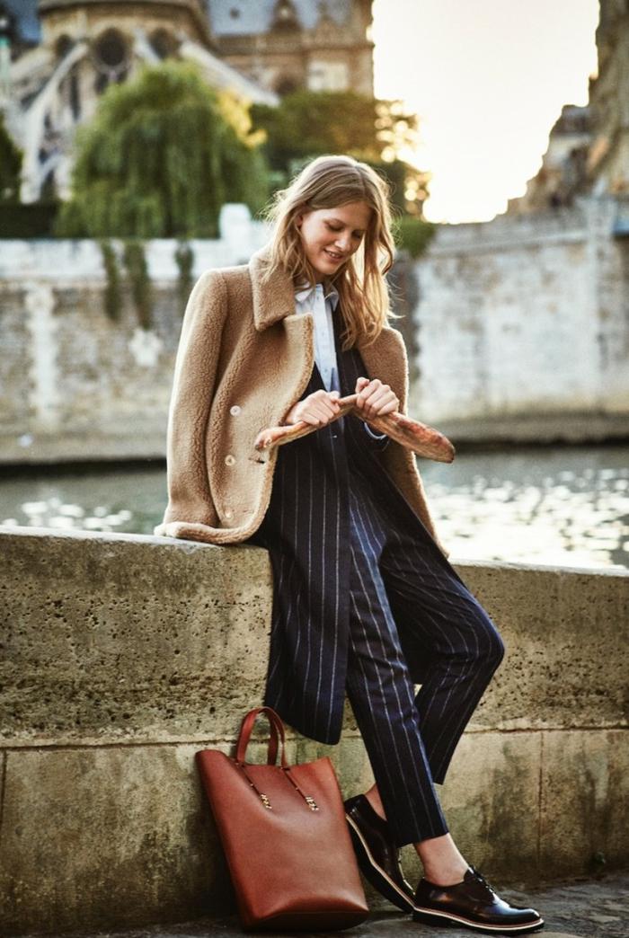 belle fille gaminne vestiaire des parisiennes style parisienne vetements bcbg sac a main brun tailleur rayé manteau beige
