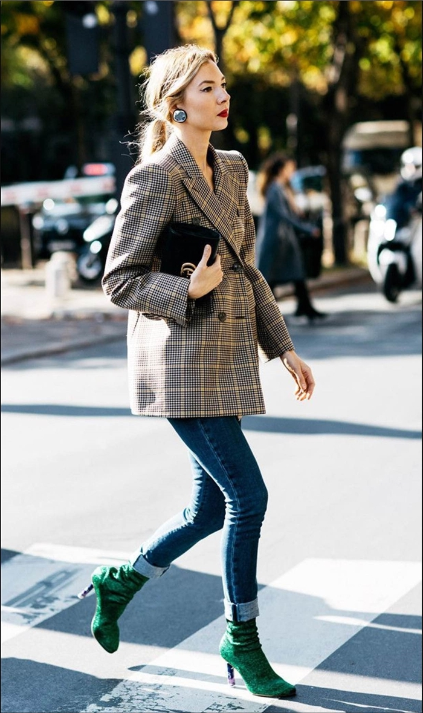 bottes talons vert jeans slim fit femme blazer oversize couleur gris beige prince de galles motif boucles d oreilles pochette noire