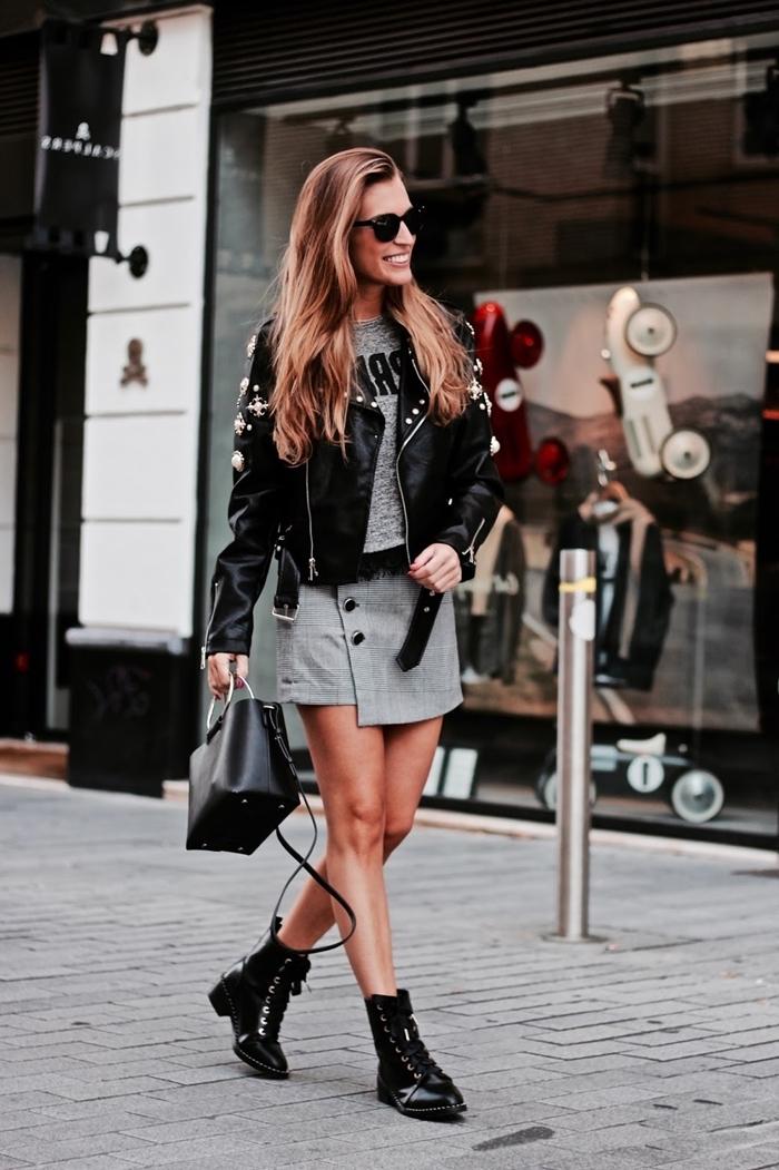 bottines cuir noir jupe courte grise coupe asymétrique t shirt gris veste cuir noir sac à main cuir imprimé prince de galles