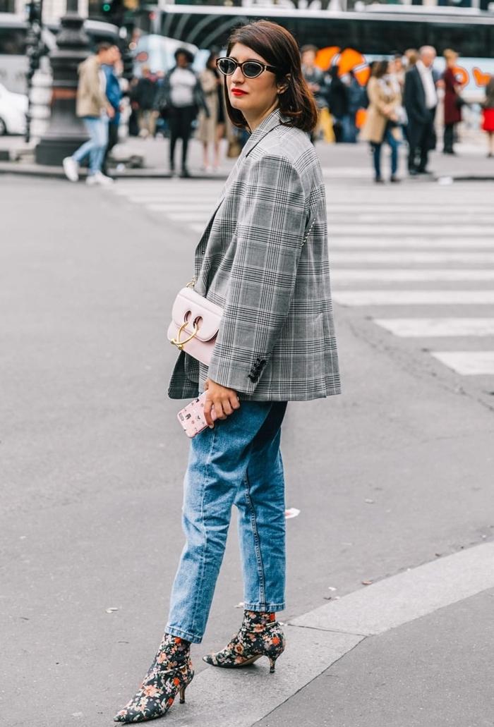 bottines talons motifs floraux blazer oversize femme couleur gris motifs carreaux tenue classe femme sac bandoulière rose pastel