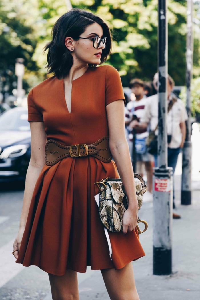 chic robe courte trapese ceinture taille haute tenue elegante parisienne ensemble tailleur femme chic lunettes modernes