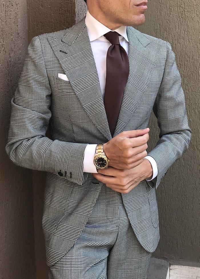 cravate marron chemise blanche comment assortir les couleurs de ses vêtemnts homme en costume gris motifs carreaux