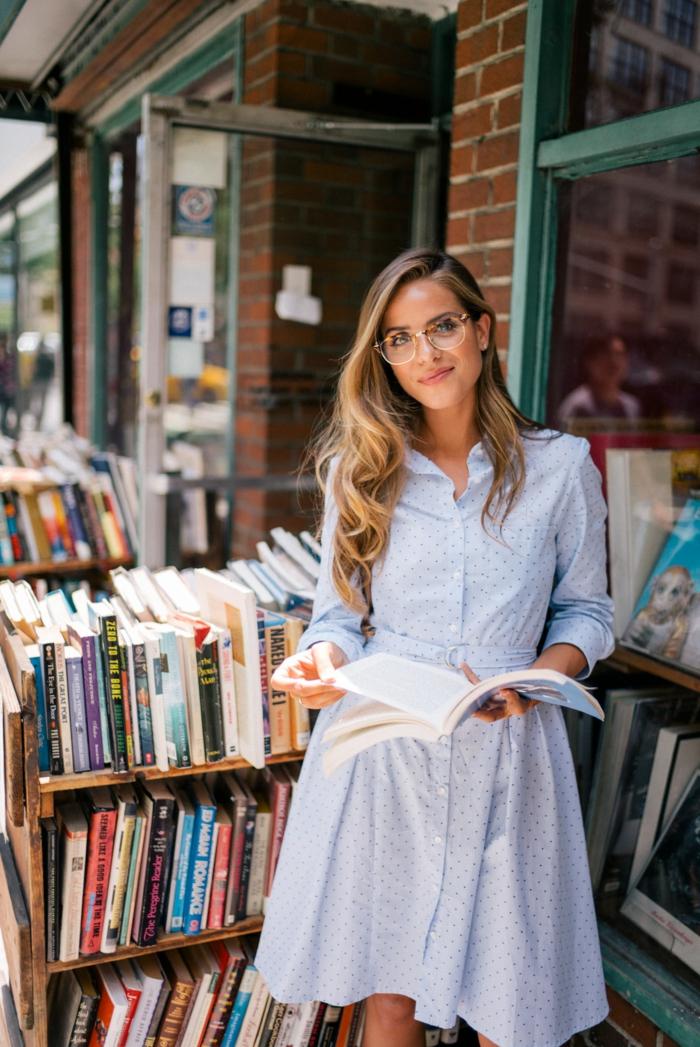 femme bien habillée chemisier robe style parisienne chouette idée comment s habiller en automne lire un livre