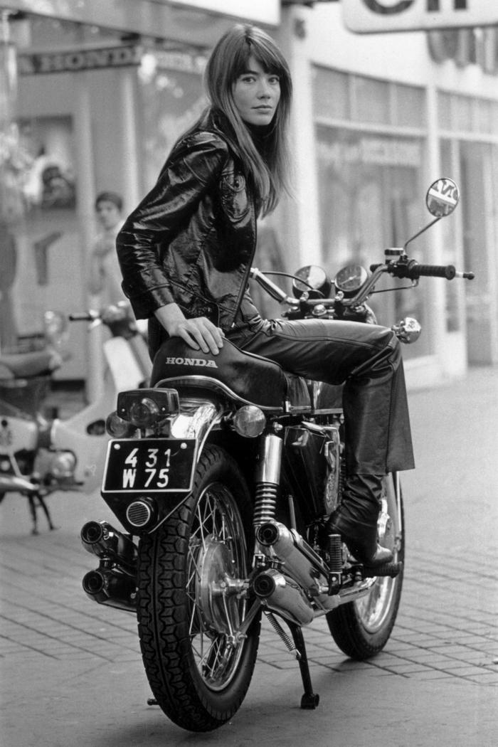 franc oise hardy tenue parisienne vestiaire des parisiennes être une femme stylée la beauté qui n a pas d age moto veste cuir