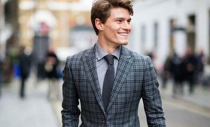 homme en costume blazer gris foncé motifs carreaux chemise grise cravate gris anthracite mode homme style vestimentaire