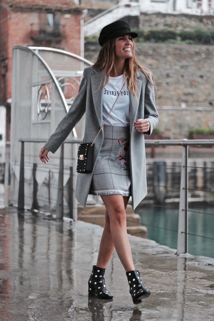 imprimé prince de galles vêtements mode femme jupe courte motifs carreaux gris broderie florale t shirt blanc manteau gris