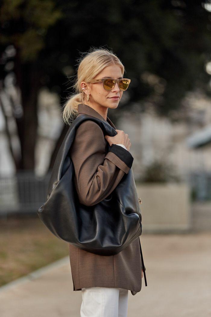 inspiration tenue d automne tenue chic femme look parisienne belle femme tenue chic lunettes de soleil bois