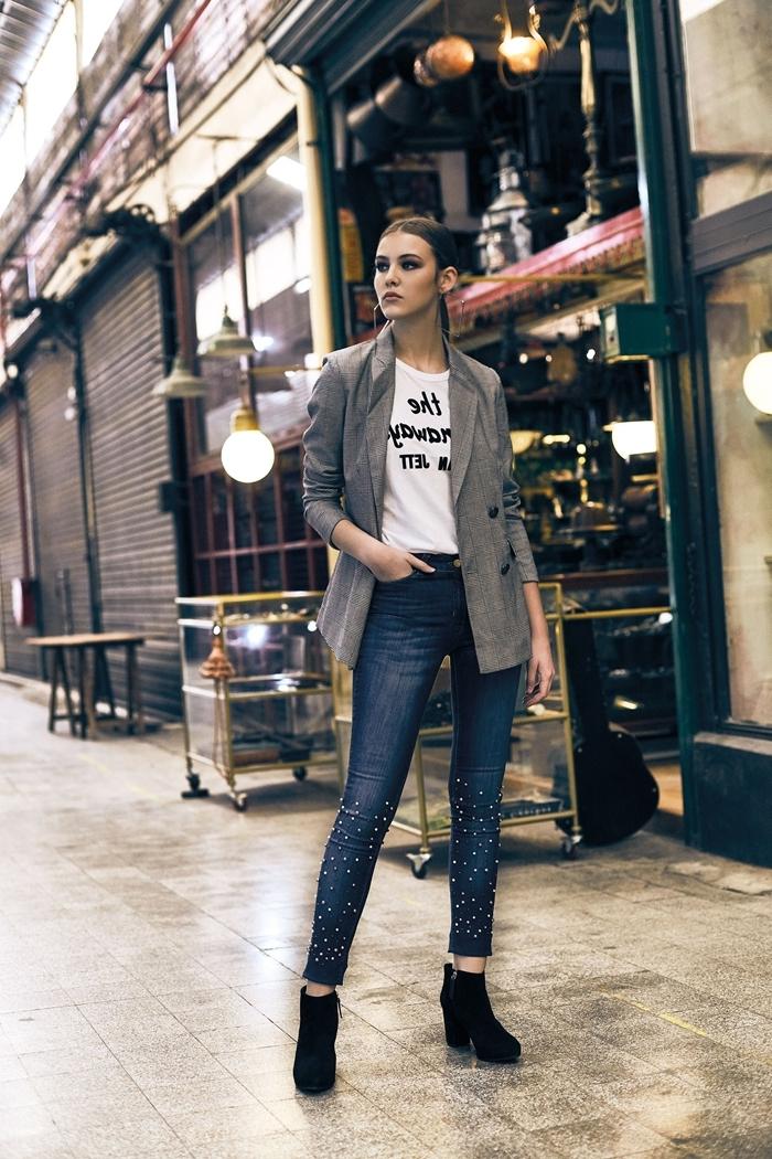 jeans foncés slim t shirt blanc comment s habiller pour un entretien tenue casual smart femme bottines velours noir talons