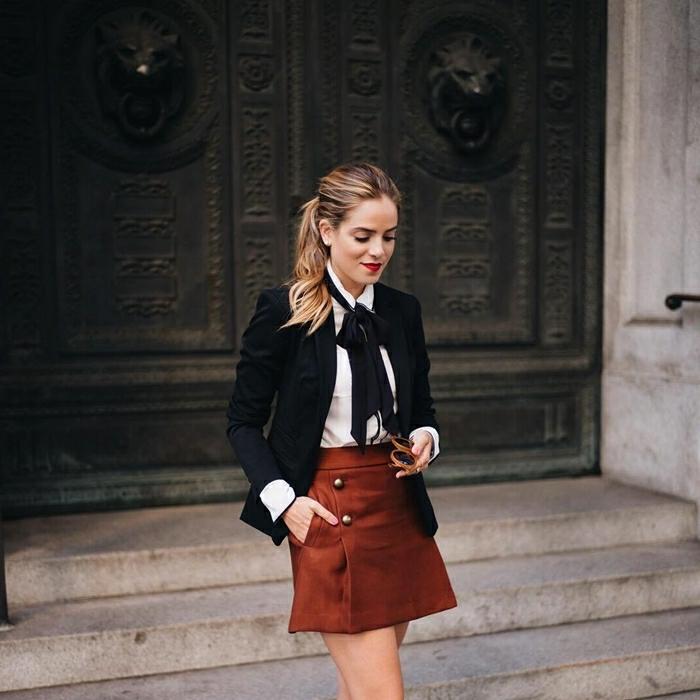 jupe courte marron vêtements tenue automne femme stylée bon chic bon genre mode cravate noire chemise blanche blazer noir femme resized