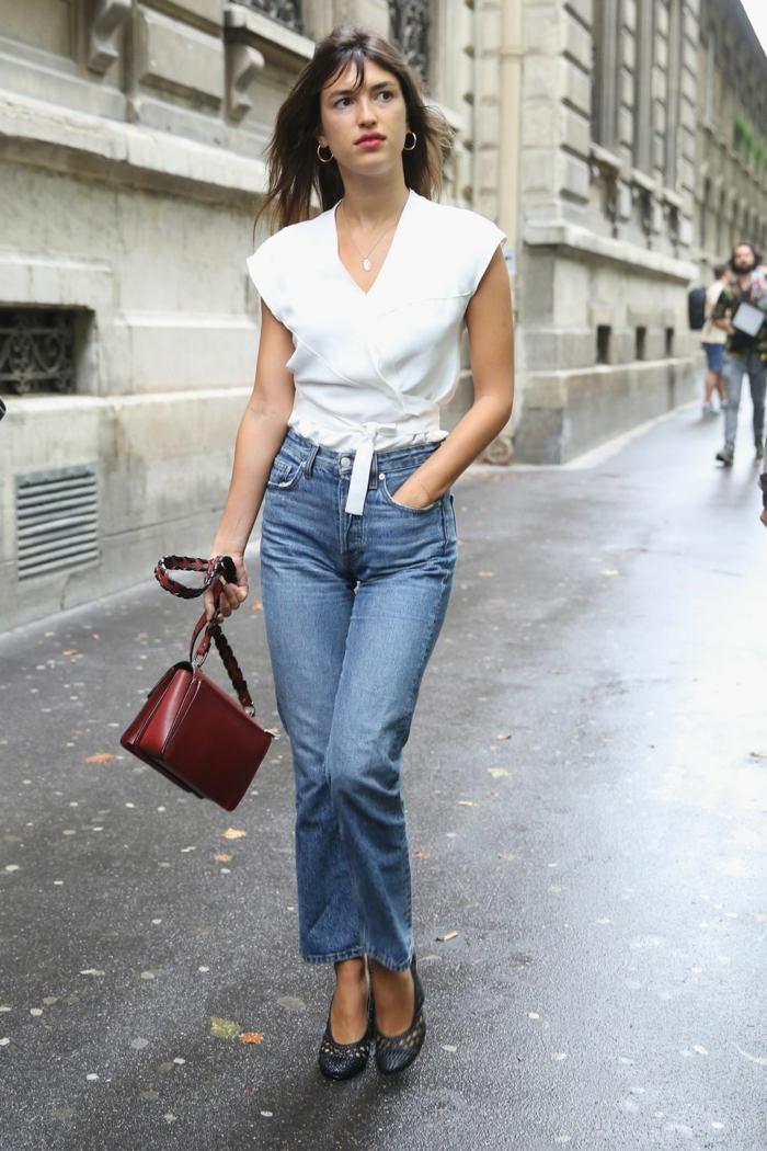 look bcbg vestiaire des parisiennes tenue classe femme jean droit taille haute blanc top