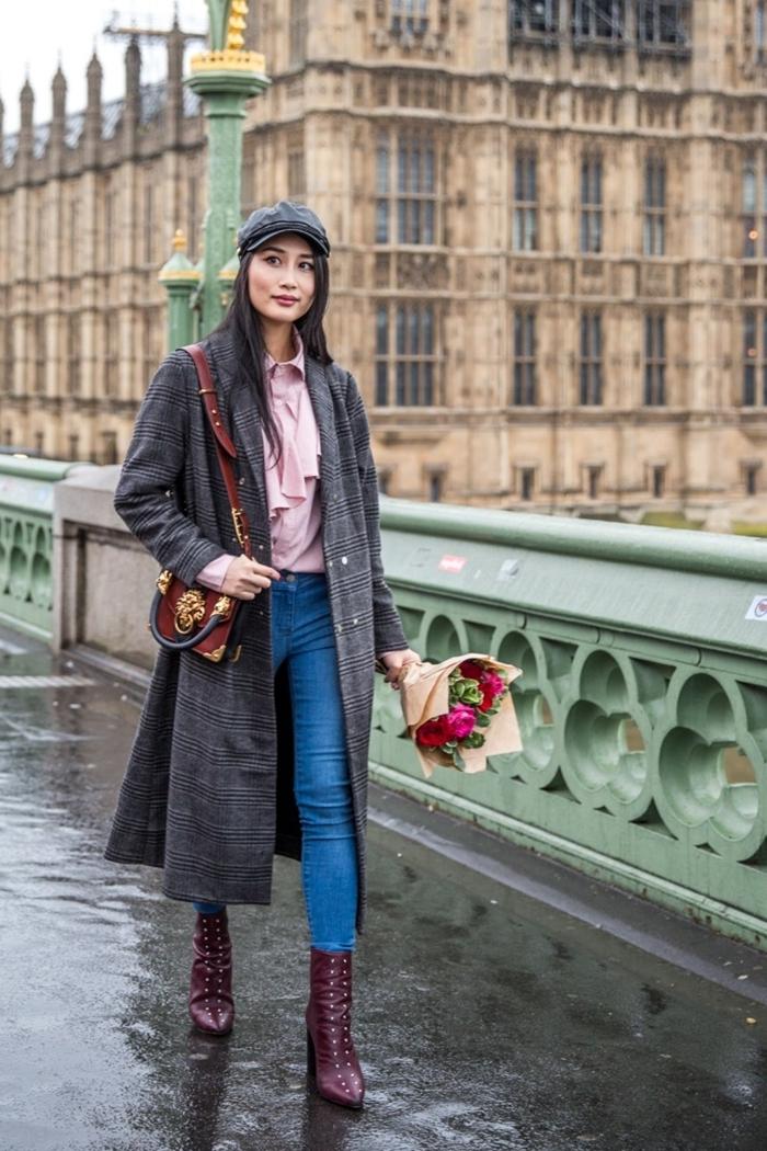 manteau long gris foncé imprimé prince de galles jeans clairs femme pantalon denim slim fit chemise rose pastel bottines cuir violet