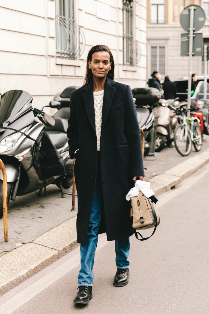 manteau long noir jean droit pull blanc look parisienne style casual chic femme s inspirer pour son style