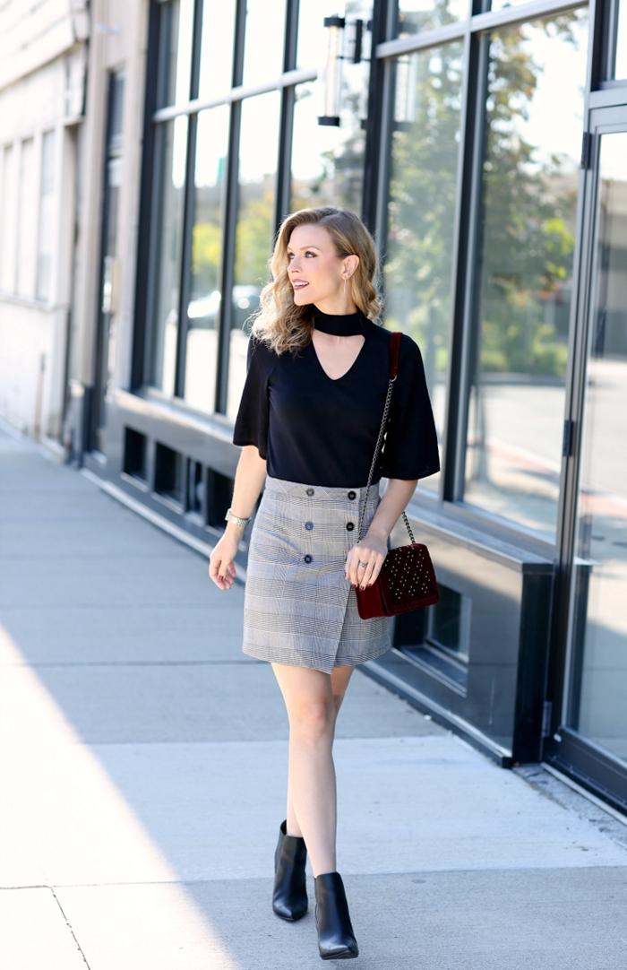 motif ecossais mode femme style vestimentaire jupe courte taille haute couleur gris clair boutons noirs bottines cuir noir