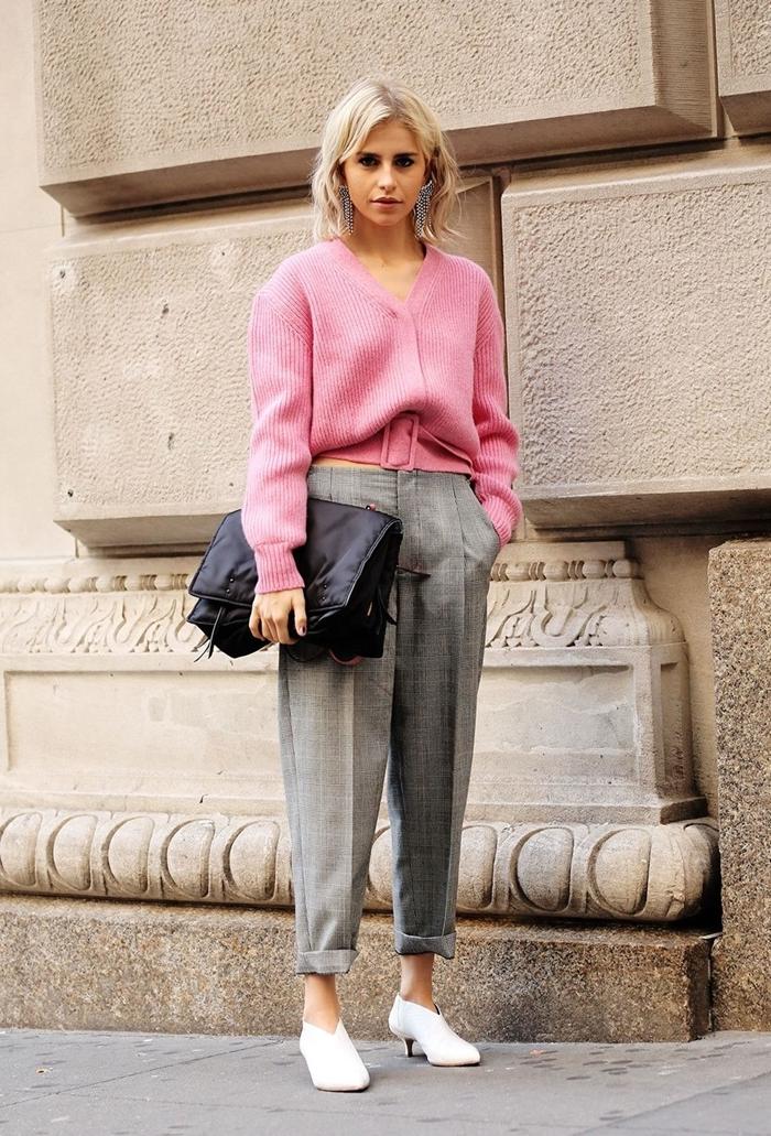 pantalon taille haute couleur gris clair motif ecossais chaussures blanches pull over rose clair comment assortir les couleurs de ses vêtements
