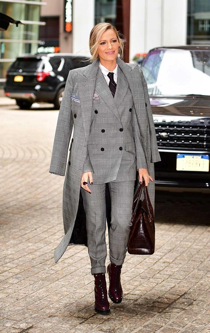 style vestimentaire femme élégante en costume prince de galles pantalon fluide blazer cravate marron chemise blanche manteau long