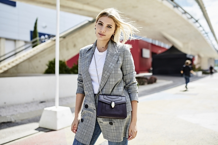 tenue casual smart t shirt blanc jeans blazer gris motifs carreaux comment s habiller aujourd hui sac bandoulière cuir foncé
