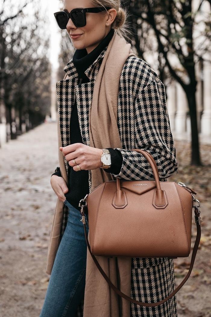tissu à carreaux lunettes de soleil noires accessoires mode femme sac à main cuir marron jeans pull over nir manteau motifs prince de galles