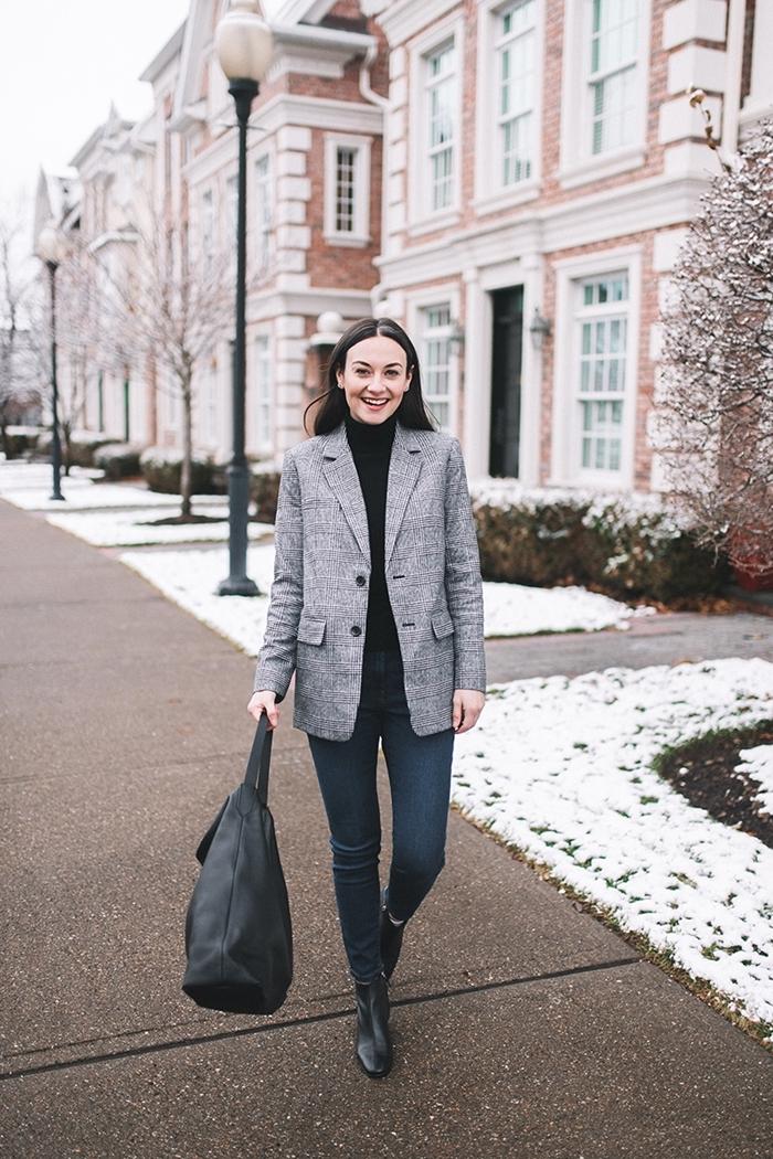 tissu à carreaux vêtements femme blazer gris clair pantalon slim fit foncé blouse noire sac à main cuir noir bottines