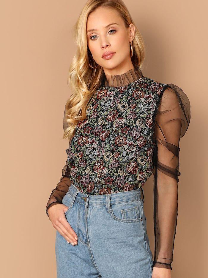 look chic femme blouse a fleurs avec des manches transparants et jeans claires