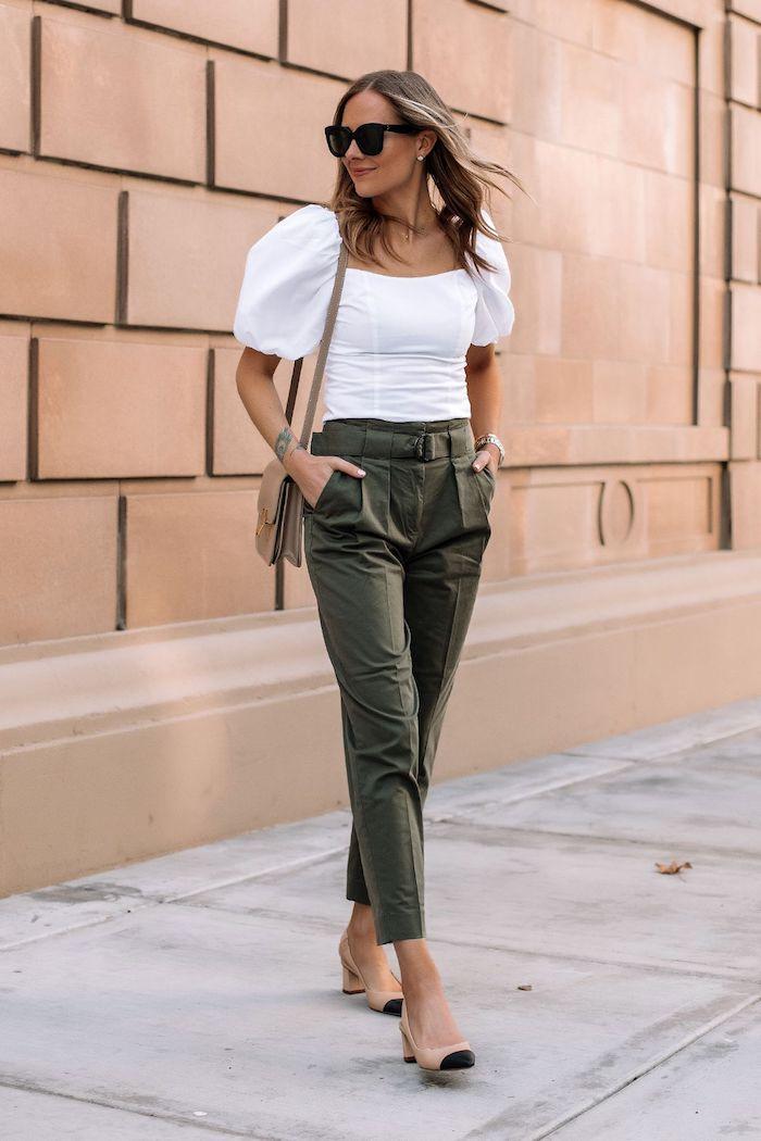 mode femme 2020 devnt une mur blouse aux manche bouffantes blanches et pantalon en kaki