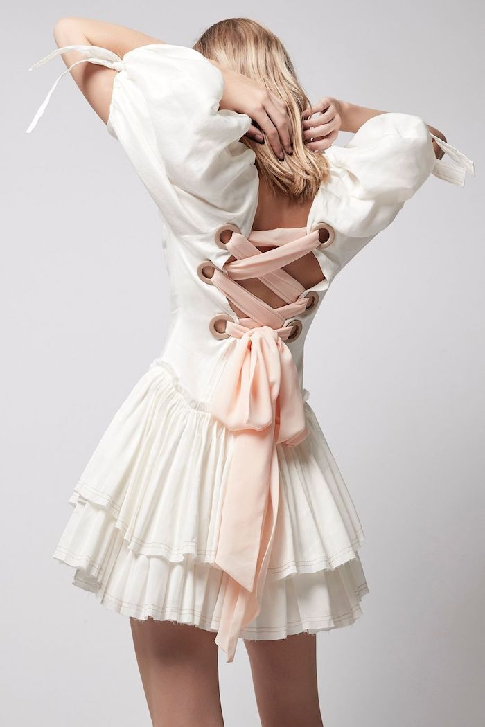 robe mi longue aux manches bouffantes et un faux corset su dos et jupe plisse tenue chic femme