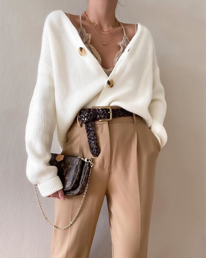 tendance automne hiver 2020 veste a manches bouffantes tricote pantalon beige a taille haute et ceinture en cuir