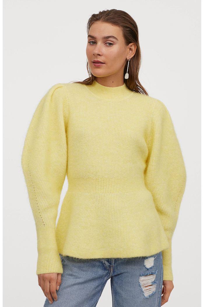 un pull a manches bouffantes tenue automne des jeans dechitres et grandes pendants d oreilles
