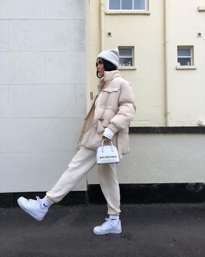 baskets blanches chaussure streetwear look femme hiver mode vêtements sport casual chic bonnet blanc
