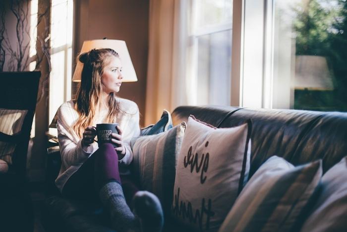 chaussette chaudes vêtements hiver accessoire mode tenue d intérieur blouse beige pantalon violet slim