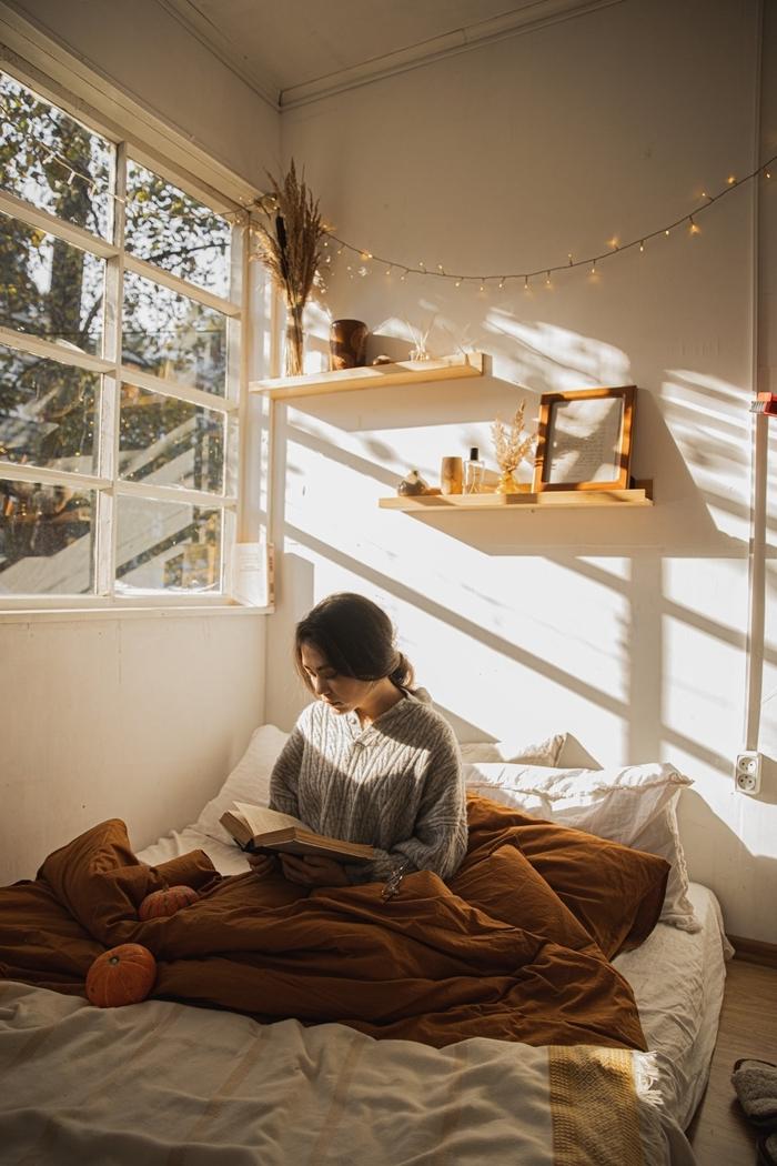 déco lit cocooning pul oversize gris clair tenue cocooning femme étagère bois vêtements intérieur cosy