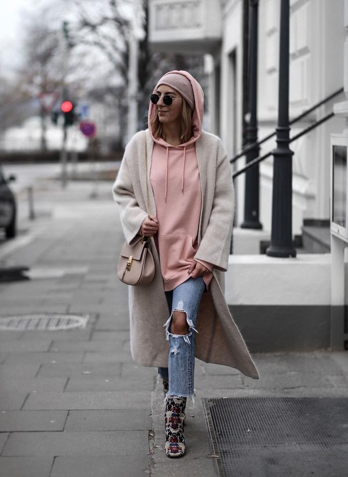 jeans troués bottes sweat rose pastel capuche bonnet rose poudré vetement stylé manteau long gris
