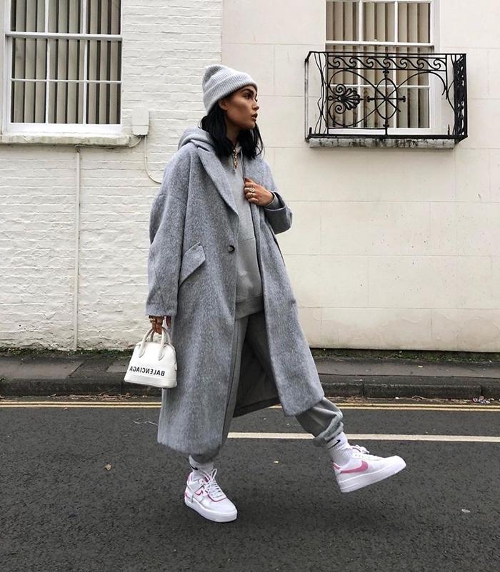 look streetwear femme total gris vêtements baskets femme blanches bonnet gris clair manteau oversize