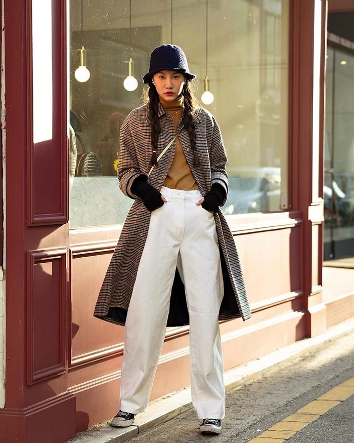 manteau beige motifs carreaux chapeau noir vêtements à la mode style rue pantalon fluide blanc