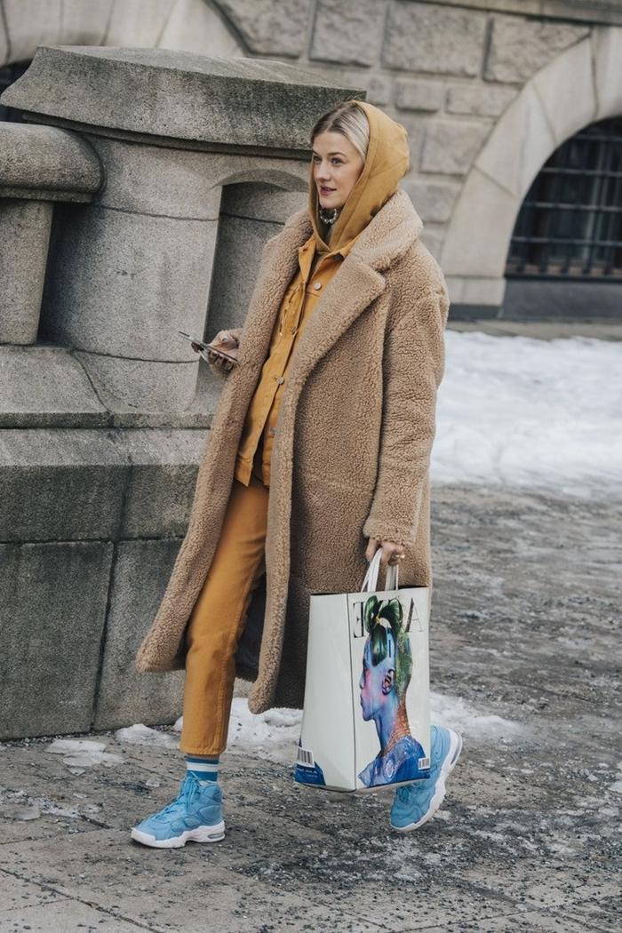 manteau long beige oversize vetement a la mode ensemble pantalon camel baskets bleu femme casual
