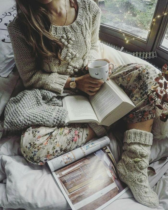 pull crochet gris pantalon fluide motifs floraux chaussette crochet tenue décontractée femme hiver